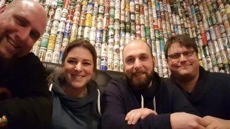"""Die Bar """"Bier & Bierli"""" hat 20.000 Bierdosen als Wandverzierung genutzt."""